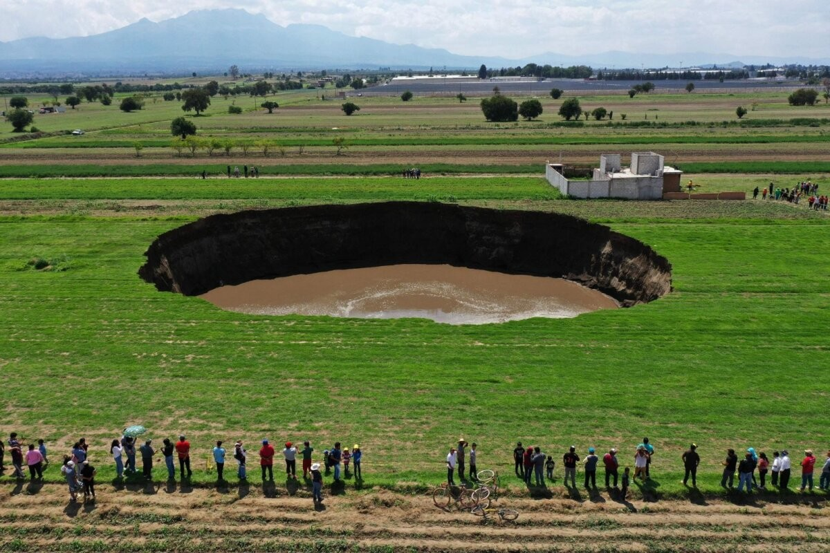 В мексиканском городе образовалась огромная воронка