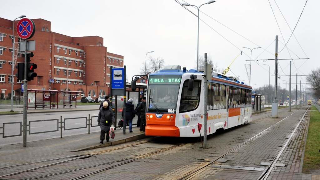 Борьба с ковидом в Даугавпилсе: пенсионеров не будут пускать в трамваи