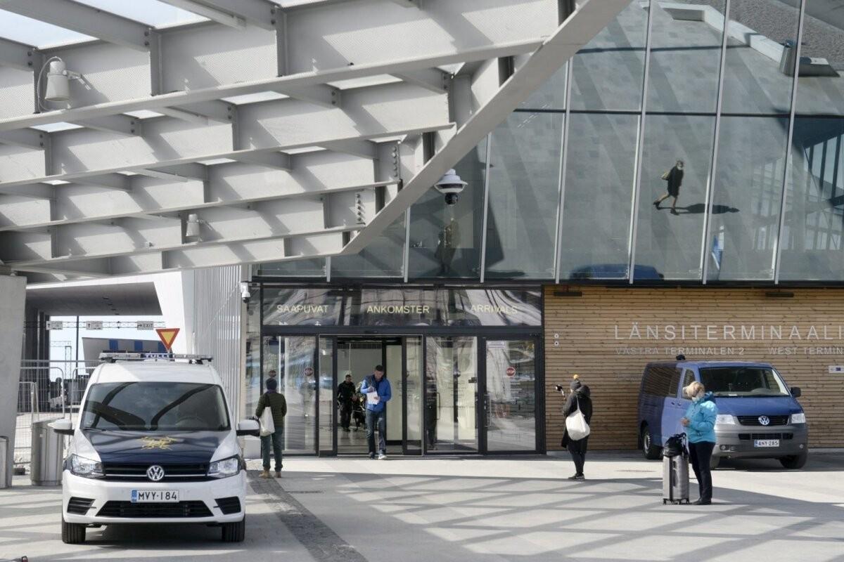 Из порта Хельсинки выслали обратно в Эстонию 46 человек: люди даже пытаются спрятаться в машинах