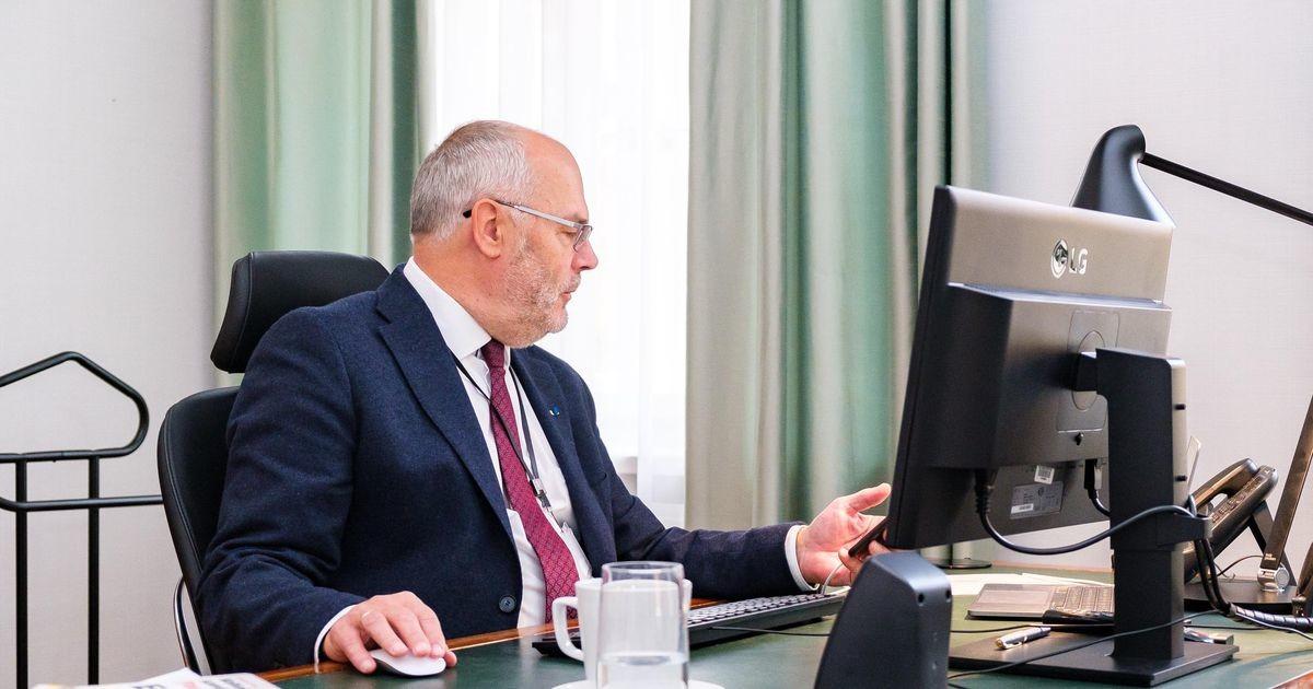 Президент Алар Карис в среду проголосовал на местных выборах электронным путем