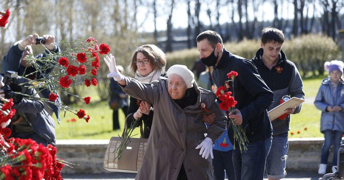 В Таллинне Бронзового солдата усыпали цветами
