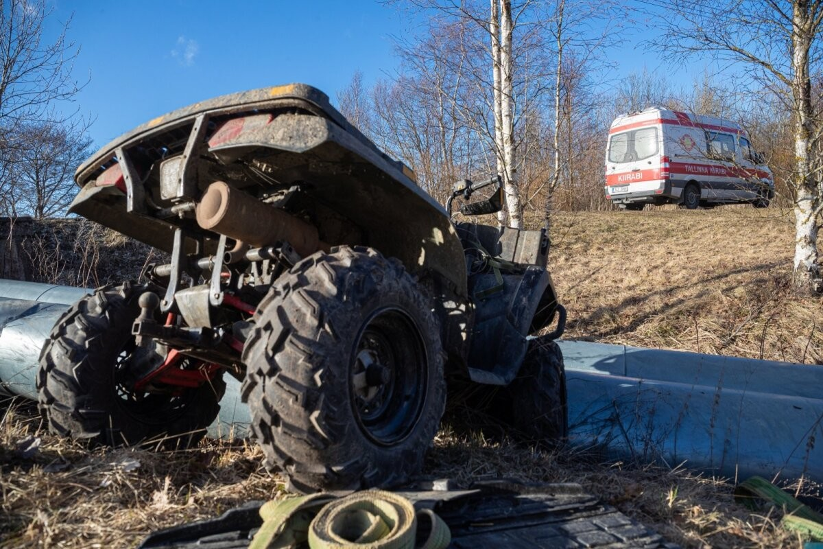 Молодой мужчина насмерть разбился на квадроцикле, шестилетнего мальчика доставили с места происшествия в больницу