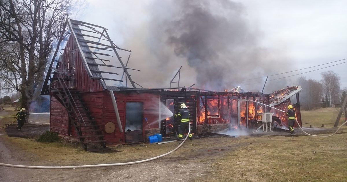Огонь уничтожил здание и автомобиль: причиной пожара могло стать зарядное устройство