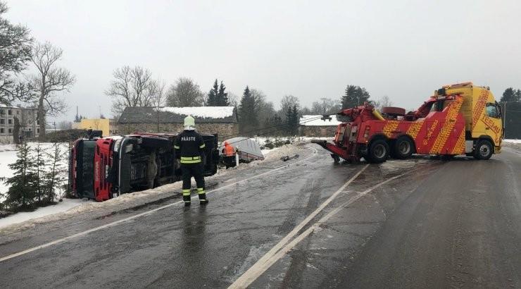 ФОТО   В Пылтсамаа вылетел в кювет и упал на бок автомобиль спасателей. Они ехали устранять последствия другого ДТП