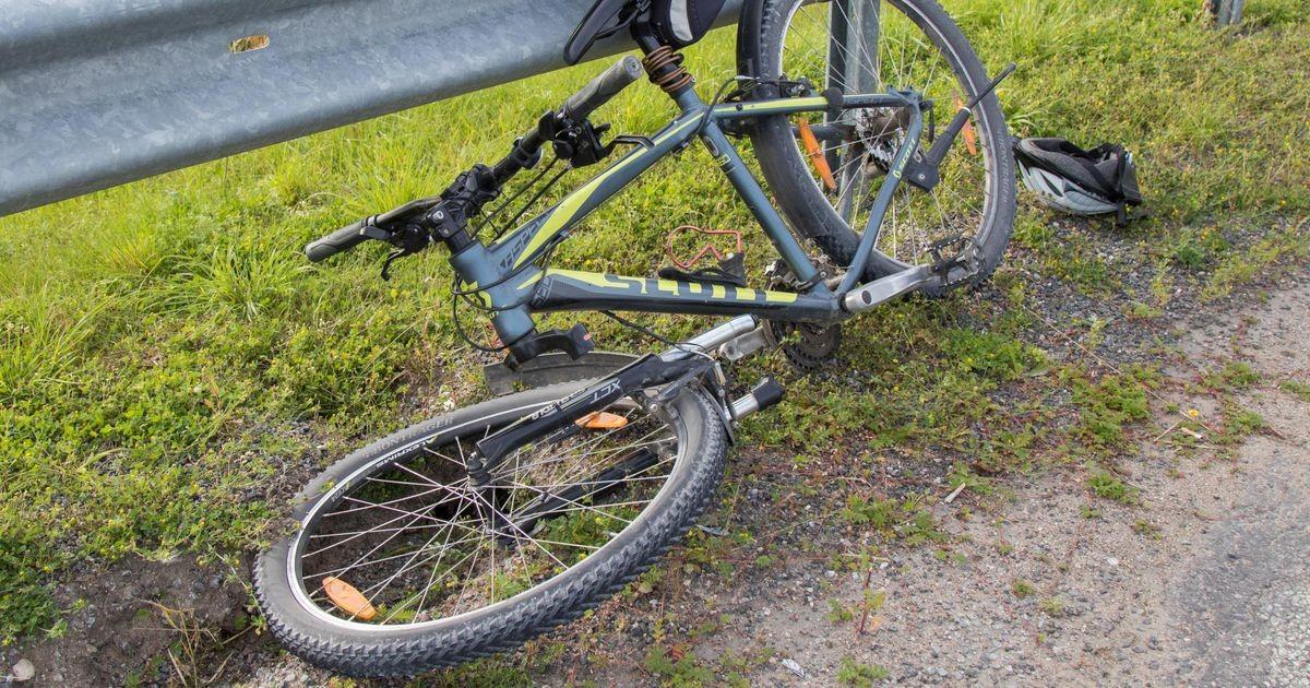 В центре Таллинна велосипедист столкнулся с выехавшей со двора машиной