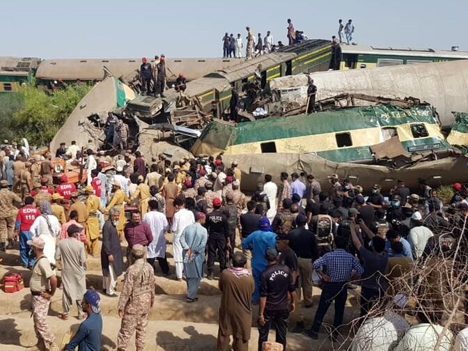 В Пакистане столкнулись пассажирские поезда: десятки погибших и раненых