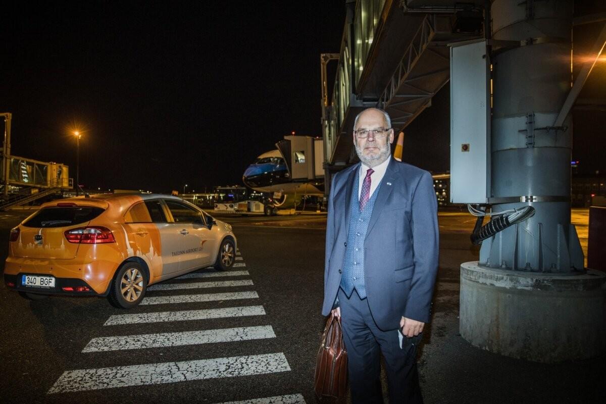 ФОТО | Первый зарубежный визит на посту президента: Алар Карис прилетел на сине-черно-белом самолете в Ригу