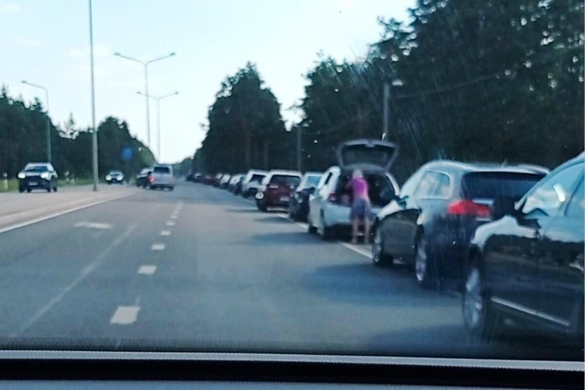 В опасном месте на шоссе Таллинн-Саку образовалась нелегальная парковка. Почему никто ничего не предпринимает?