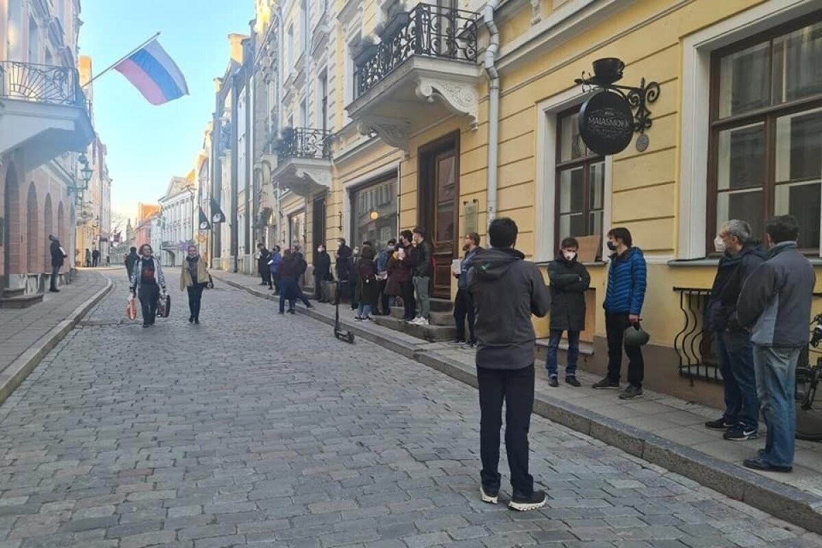 ФОТО   У посольства России в Таллинне состоялась акция в поддержку Навального