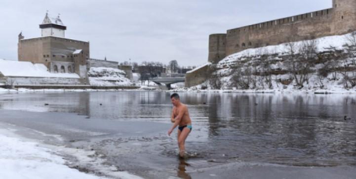 в Нарве Крещенских купаний не проводили, но желающие окунуться в реке нашлись