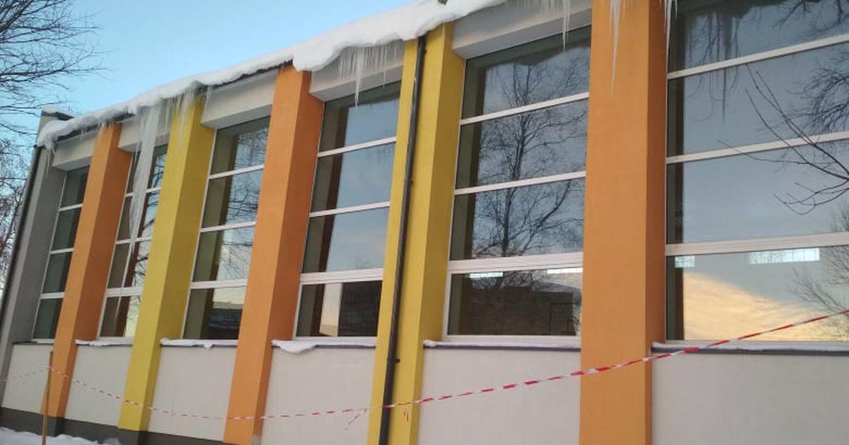 На крыше школы сосульки безопаснее, чем на крыше жилого дома?
