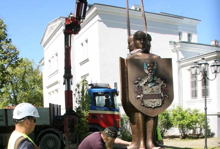 В парке мызы Сака открыта скульптура «Põlvest põlve» (Из поколения в поколение)