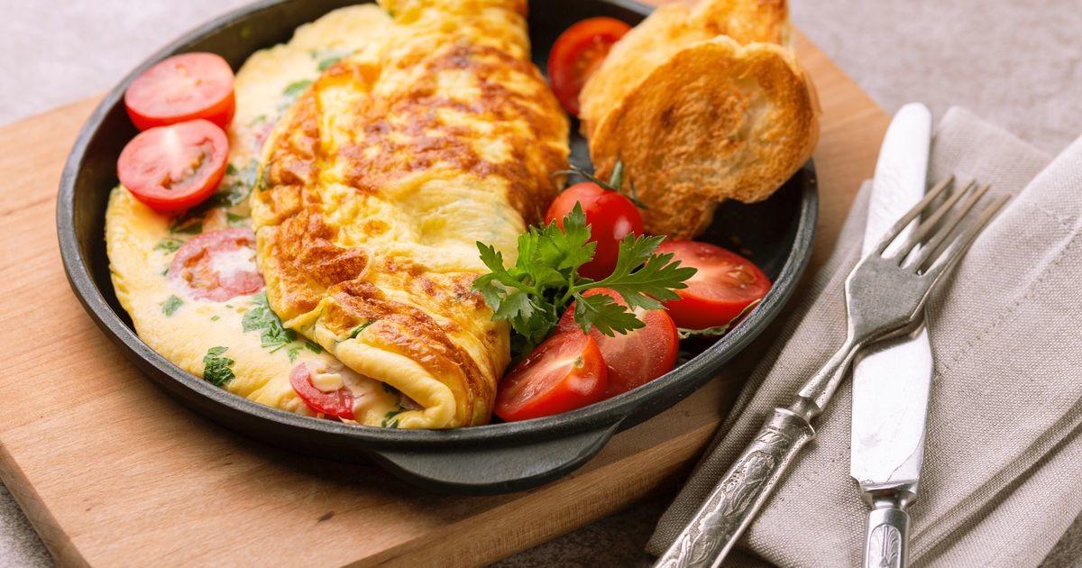 Сытный омлет - бодрого утра привет: мы нашли самое демократичное по цене блюдо на завтрак