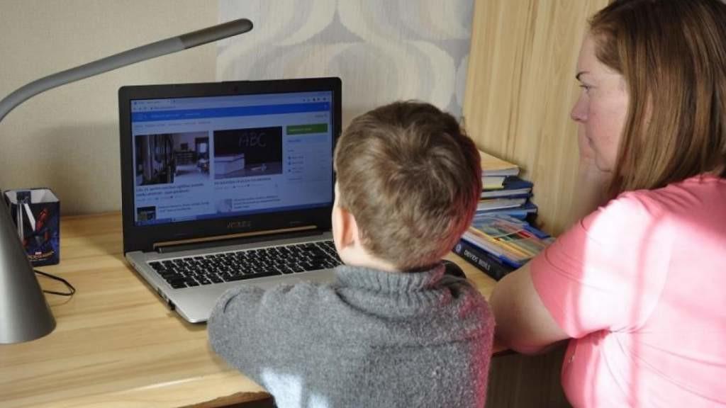 В Латвии все больше школьников переводят на удаленное обучение