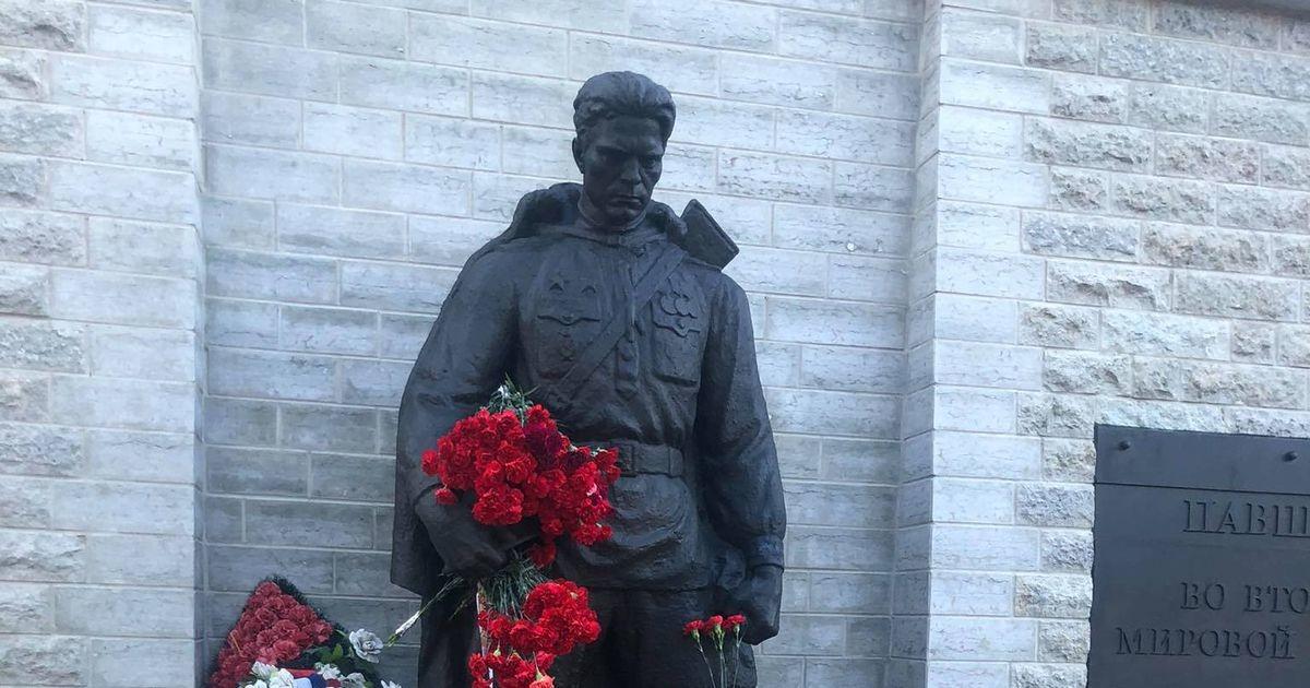 Жители Таллинна накануне 9 мая несут цветы к Бронзовому солдату