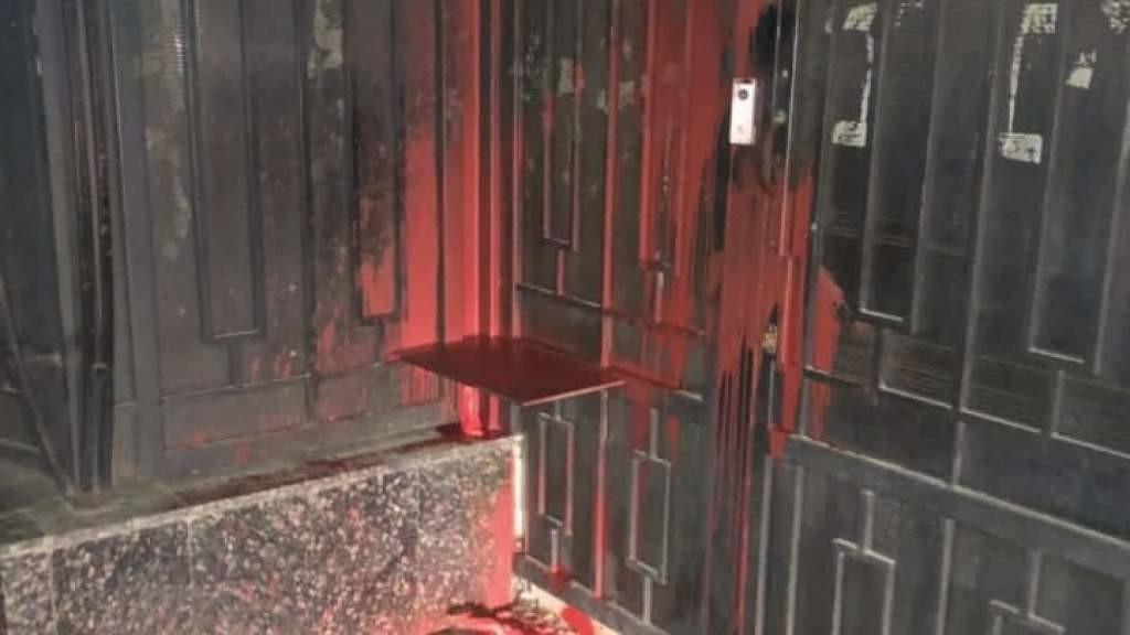 В Одессе злоумышленники облили ворота Генконсульства России красной краской