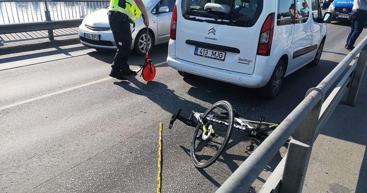 В Пярну на мосту велосипедист врезался в автомобиль