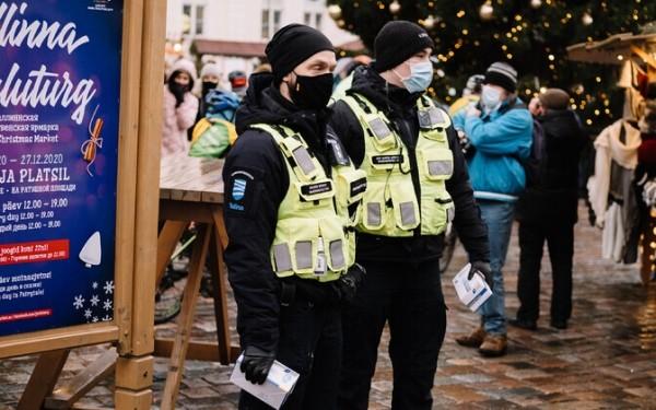 Вирусолог: иммунизированным людям тоже следует носить маски
