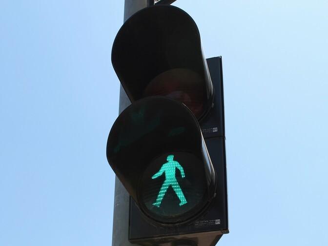 В Пыхья-Таллинне переходившая дорогу на зеленый свет женщина попала под машину