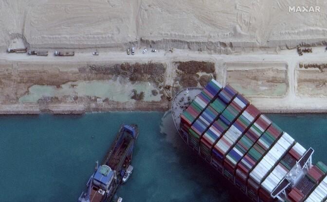 Застрявший в Суэцком канале контейнеровоз удалось сдвинуть с места