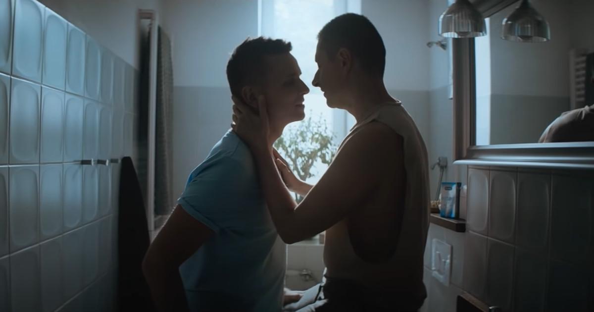 Скандальная реклама на эстонском ТВ: целующиеся геи, один из которых предпочитает размеры покрупнее