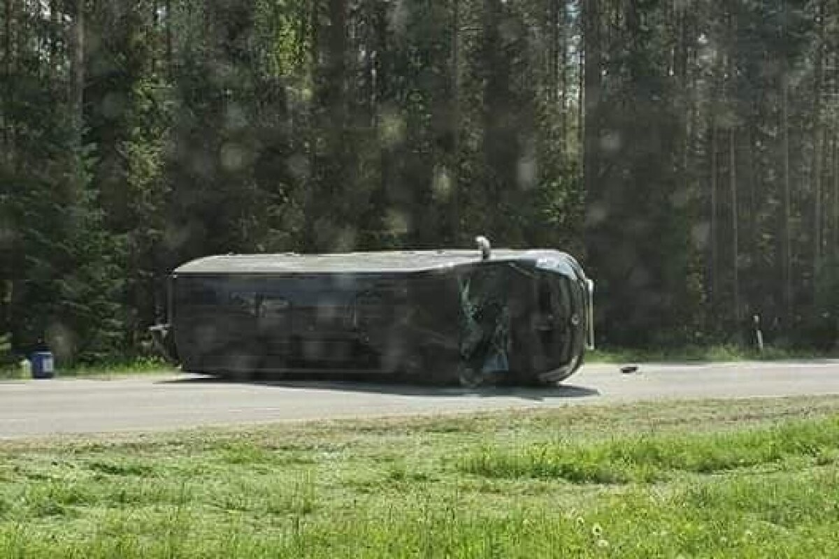 ФОТО | ДТП в волости Саку: легковушка вылетела в кювет, микроавтобус завалился набок