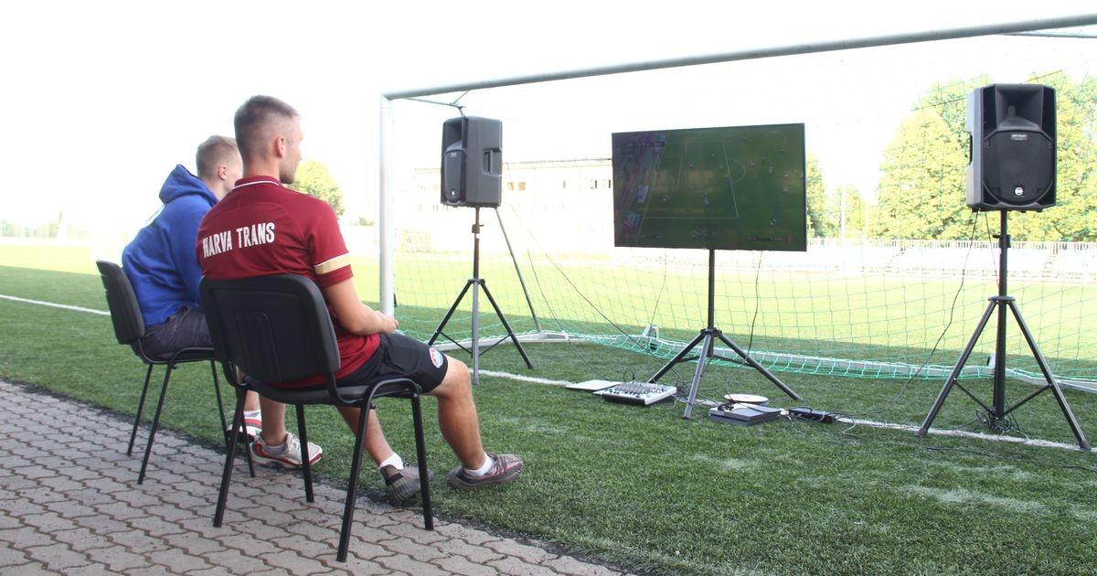 Игроки Narva Trans на своем поле обыграли киберспортсменов в футбольном симуляторе