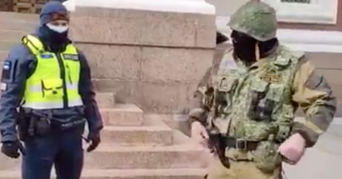 Помощь Кремля? На Тоомпеа разгуливает сержант с кобурой и лопатой