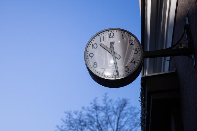 Переводить часы в ближайшие годы не перестанут