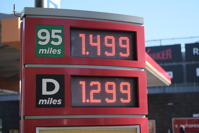 АЗС подняли цены на бензин до рекордно высокого уровня