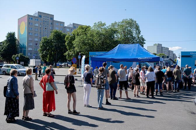ФОТО: на Центральном рынке Таллинна собрались желающие вакцинироваться