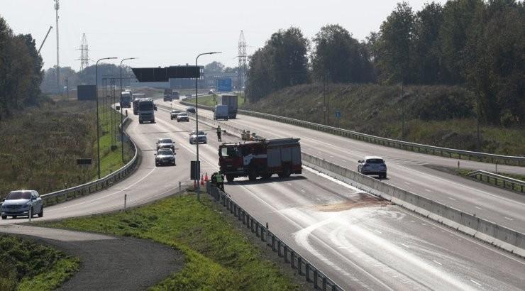 ФОТО | На Таллиннской окружной дороге перевозивший топливо грузовик врезался в ограждение — бензин вылился на дорогу