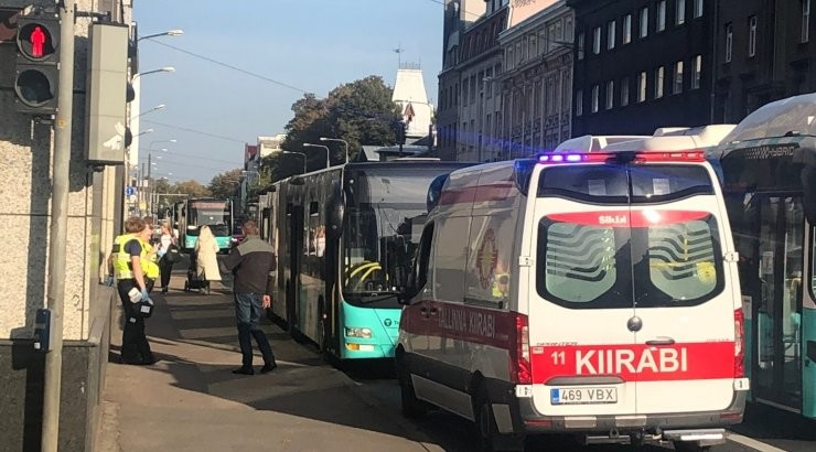 ФОТО | После резкого торможения автобуса в центре Таллинна один пассажир попал в больницу