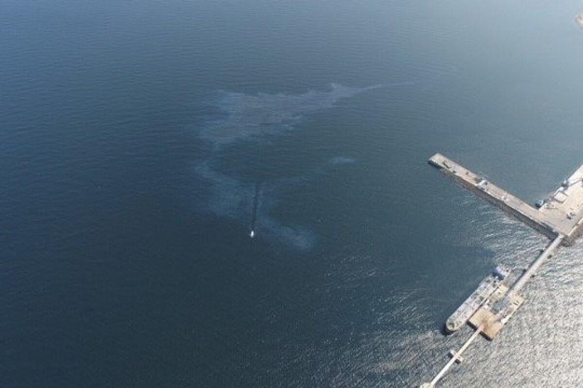 ФОТО | В Силламяэском порту обнаружили крупное загрязнение: в море вытекли десятки литров топливного масла