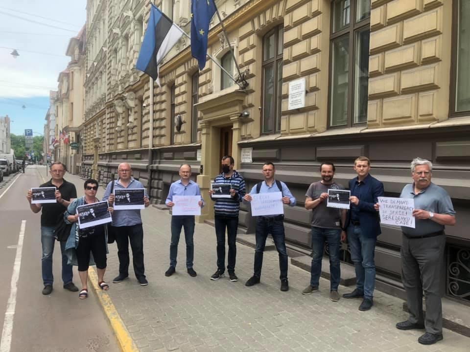 В Риге состоялся пикет у эстонского посольства в поддержку правозащитника Сергея Середенко