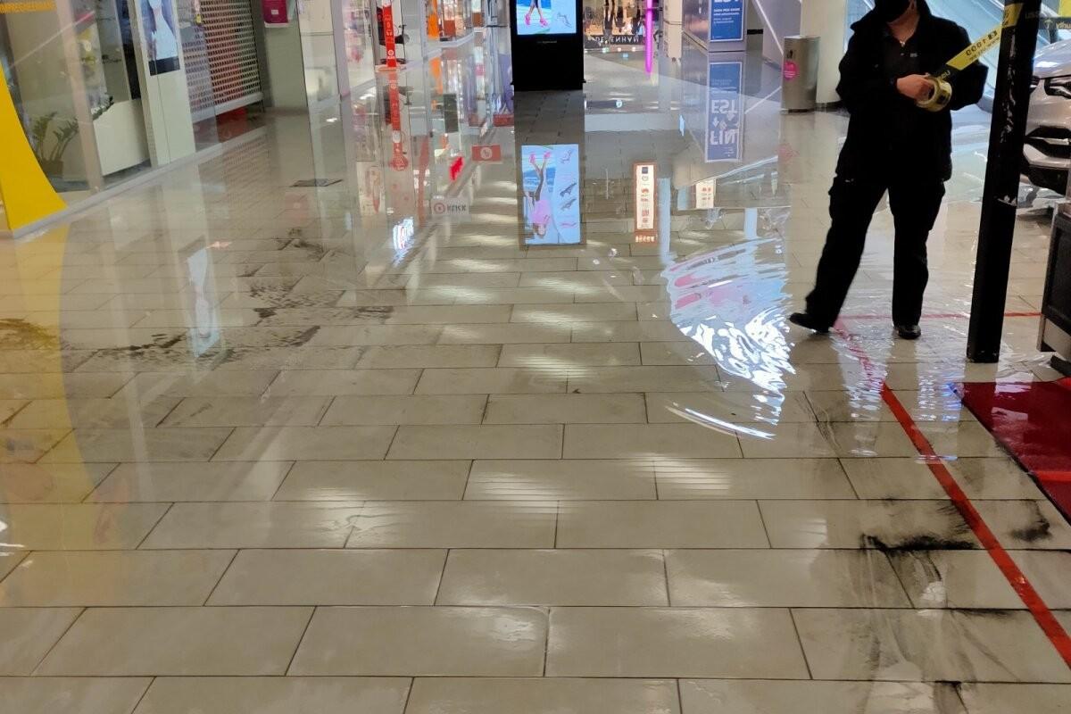 ФОТО | Дождь залил торговый центр Rocca al Mare, пришлось закрыть часть первого этажа