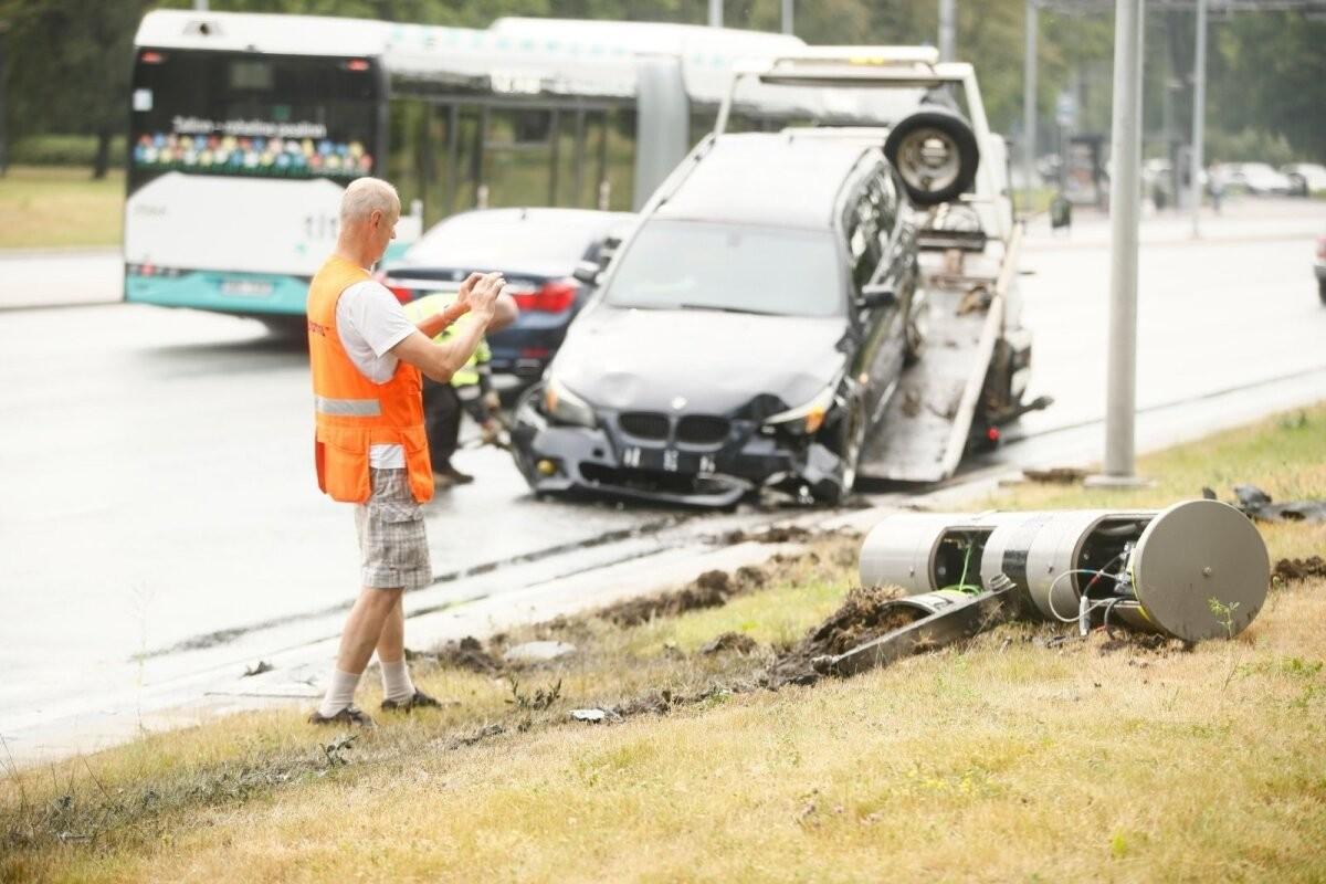 ФОТО   В Пирита на скользкой дороге легковушка врезалась в камеру замера скорости