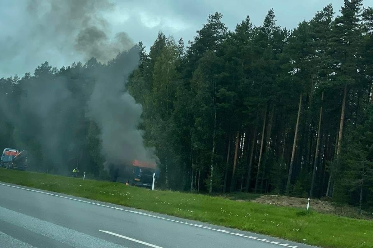 ФОТО | На шоссе Таллинн-Нарва загорелся грузовик