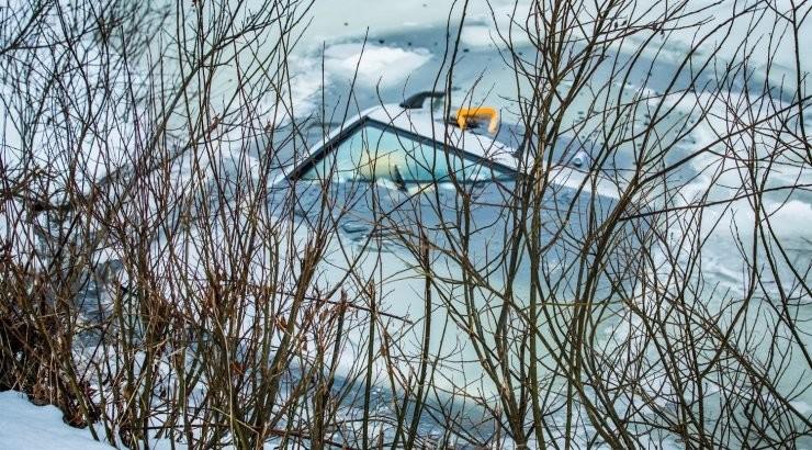 ФОТО   Трагедия на охоте: автомобиль провалился в пруд, погибли мужчина и две собаки