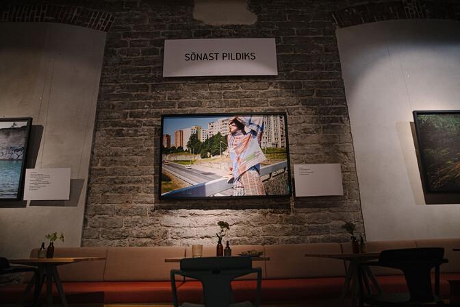 """ФОТО: в Таллинне открылась объединяющая разные виды искусства выставка """"От слова к картинке"""""""