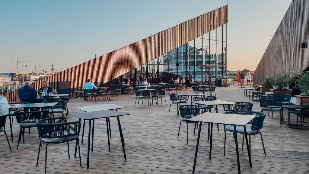 В Таллинне появился новый ресторан с двумя большими террасами — виды открываются на море и Старый город