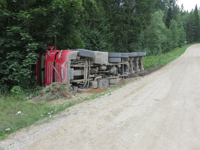 На шоссе Эльва-Ранну нарушено движение из-за  ДТП с четырьмя грузовиками