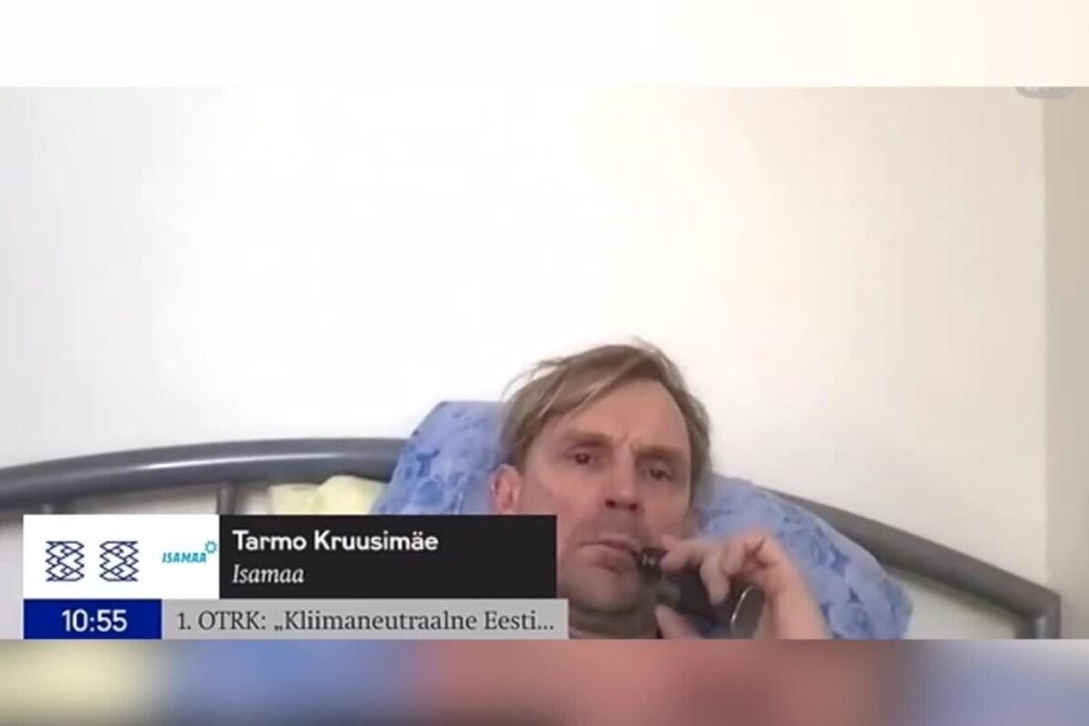 ВИДЕО | Идеальная работа: депутат Рийгикогу курит э-сигарету и слушает музыку на кровати во время заседания парламента