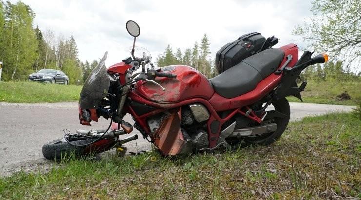 Дети решили покататься на мотоцикле и упали с него: одна девочка попала под колеса